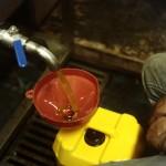 En bout de chaîne, les paysans recueillent eux-mêmes le précieux liquide.